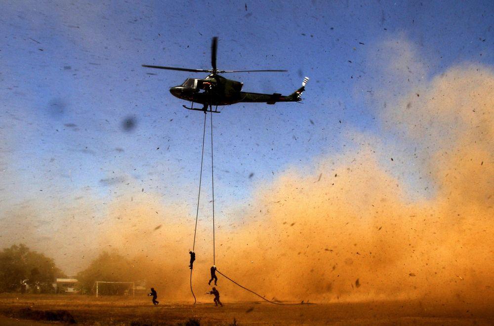 Żołnierze schodzą z helikoptera podczas operacji kontrterrorystycznej w Indonezji