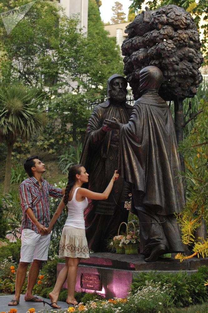 Zakochani przy pomniku św. Piotra i Fiewronii w Soczi