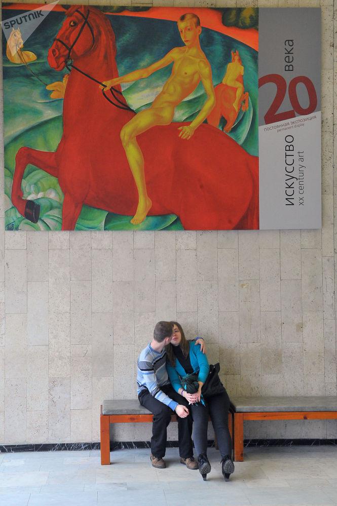 Zakochana para na fonie Państwowej Galerii Tretiakowskiej w Moskwie