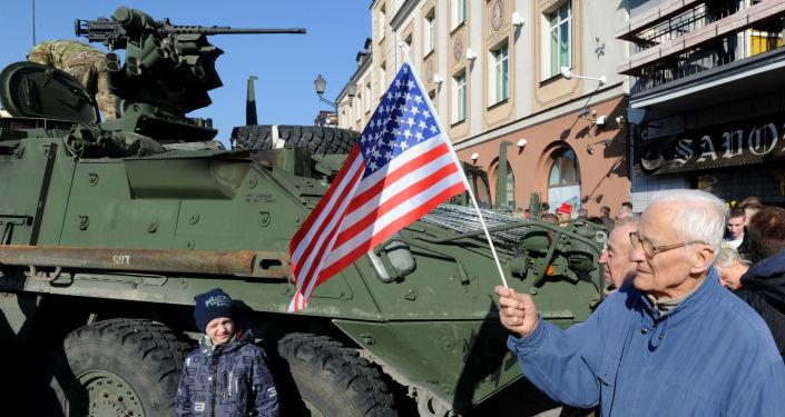 Mieszkańcy polskiego miasta Białystok witają wojska USA