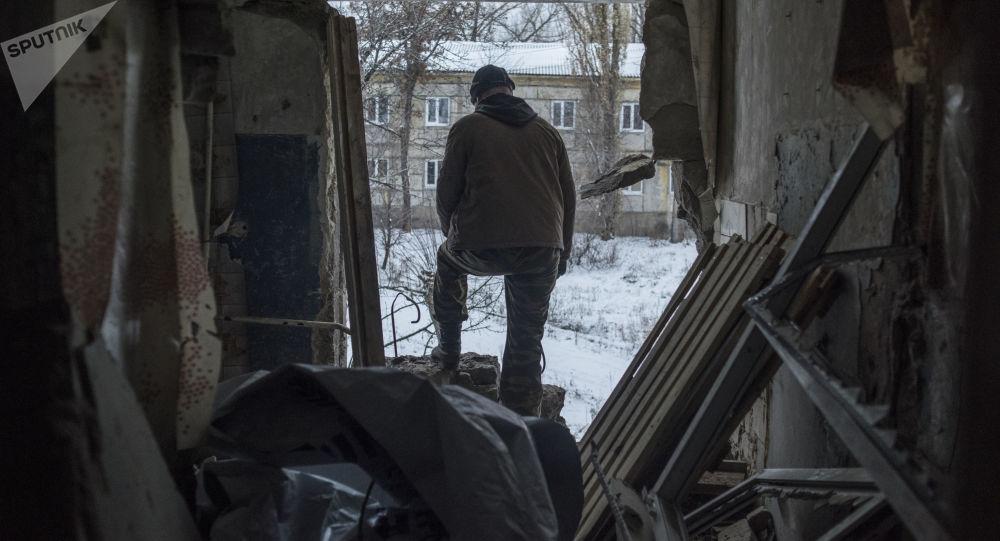 Lokalny mieszkaniec w miejscowości Doniecki w obwodzie ługańskim
