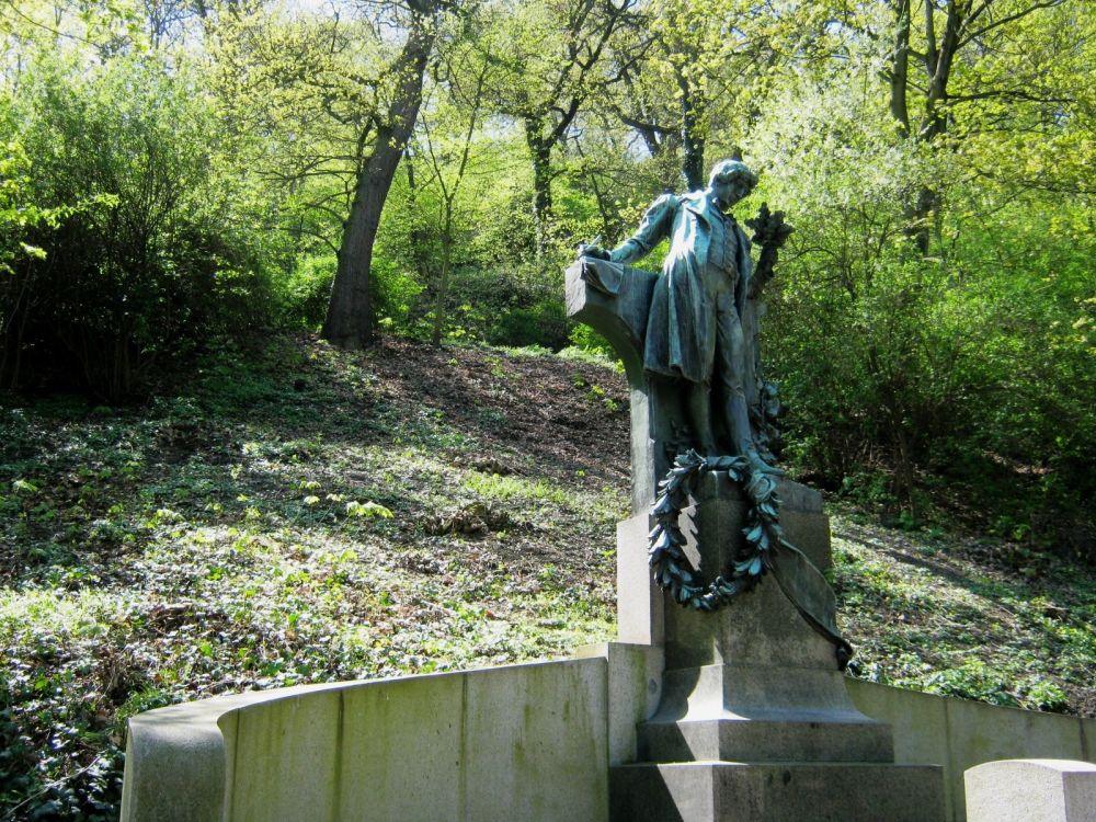 Pomnik Karla Hynka Máchy w Pradze - popularne miejsce spotkań zakochanych par