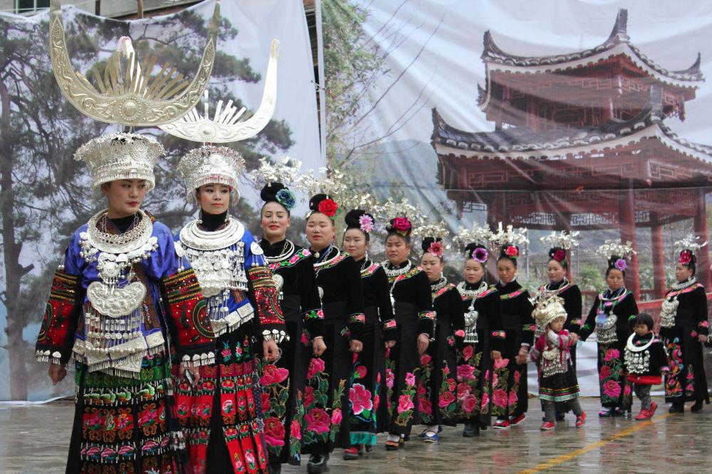 Kobiety narodowości Miao podczas Festiwalu Kwiatów