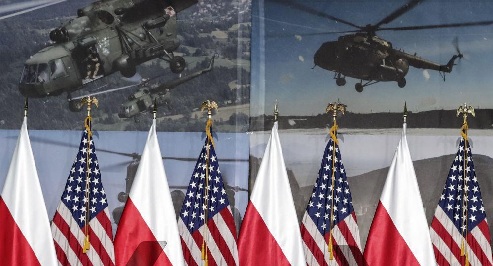 Flagi Polski i Stanów Zjednoczonych przed przyjazdem do Warszawy wiceprezydenta USA Mike'a Pence'a, aby wziąć udział w szczycie bliskowschodnim