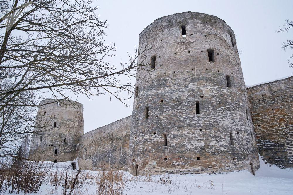 """Wieża Riabinowka i wieża Wyszka (w tle) w Twierdzy Izborskiej z początku XIV wieku, położona w obwodzie pskowskim. Pierwsza wzmianka o niej pojawiła się w """"Powieści minionych lat"""""""
