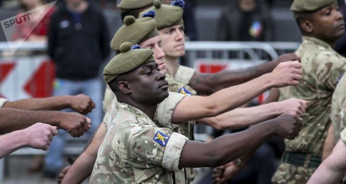 Żołnierze NATO podczas parady w Kijowie