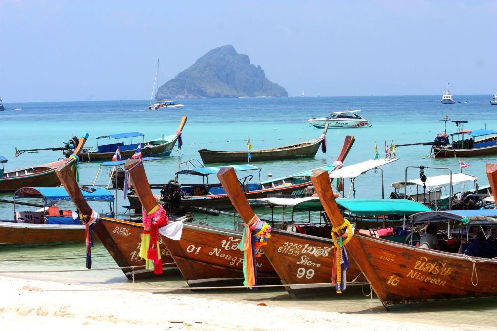 Łódki na brzegu wyspy Ko Phi Phi w Tajlandii