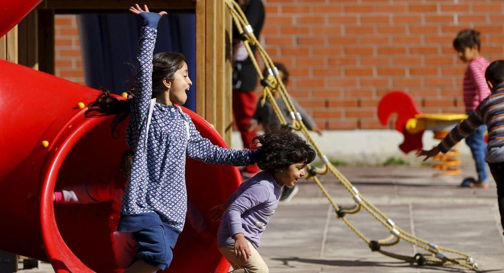 Dzieci uchodźców grają na szkolnym podwórku