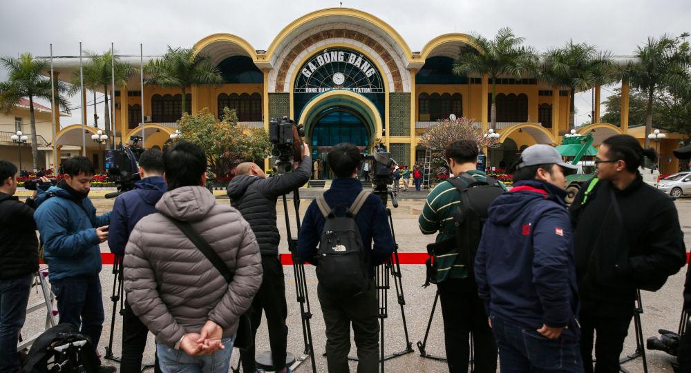 Dziennikarze przed stacją kolejową Dong Dand, na którą ma przybyć północnokoreański przywódca