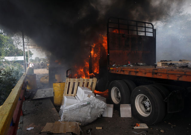 Płonąca ciężarówka z pomocą humanitarną dla Wenezueli na granicy z Kolumbią