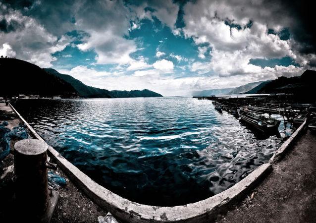 Jezioro Toba w kalderze superwulkanu Toba na Sumatrze, Indonezja