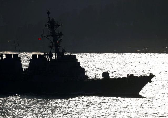 Amerykański niszczyciel USS Donald Cook w cieśninie Bosfor u wybrzeży Stambułu