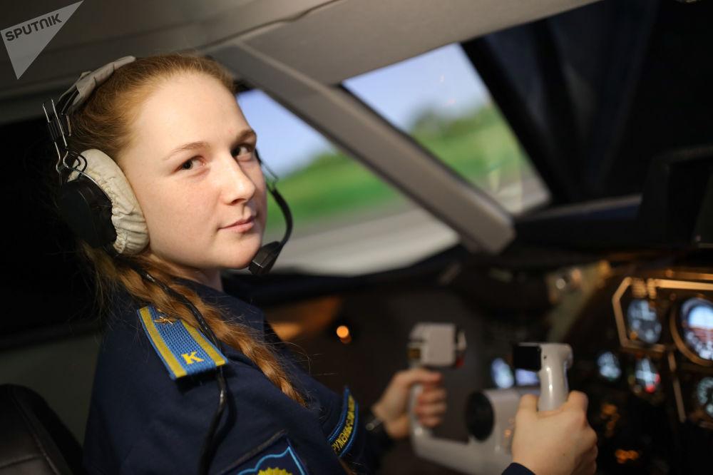 Kursantka na zajęciach ze szkolenia lotniczego w Krasnodarskiej Wyższej Wojskowej Lotniczej Szkole Pilotów im. Bohatera Związku Radzieckiego Anatolija Sierowa