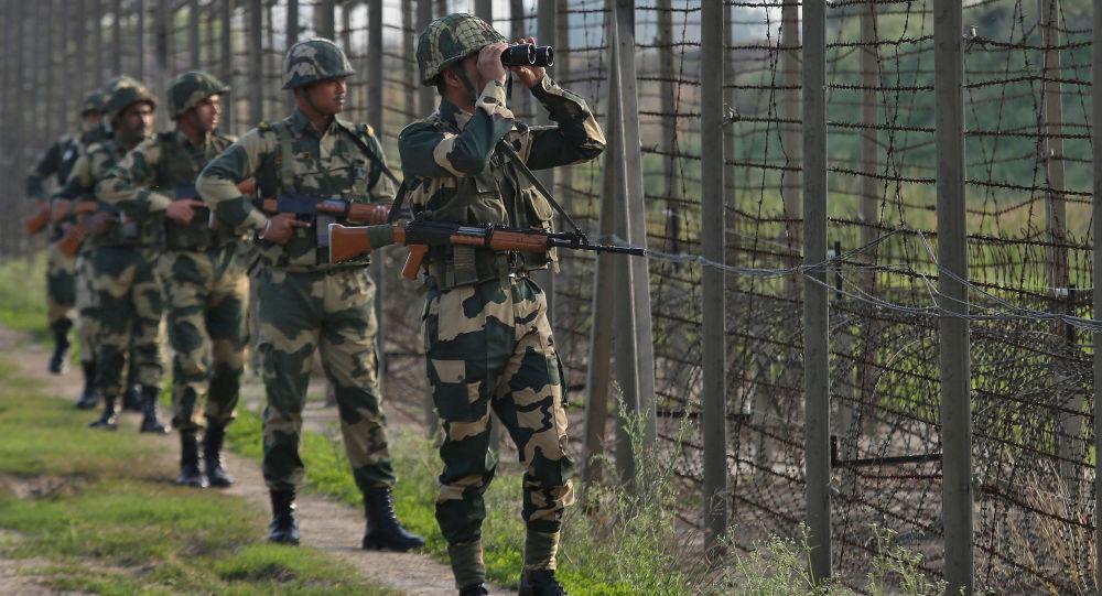 Indyjska straż graniczna na granicy z Pakistanem w sektorze Ranbir Singh Pora