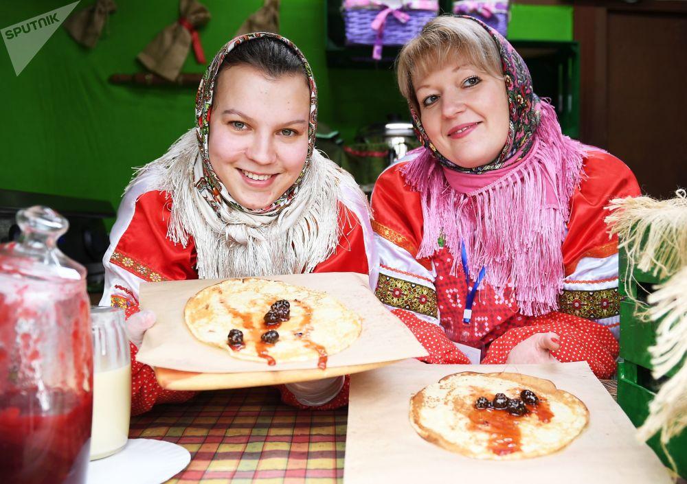 Bliny z dżemem z szyszek podczas jarmarku w Moskwie